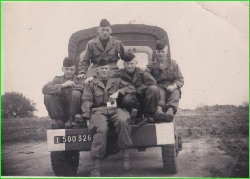 pause pendant les classes à Noyon,a principal fourniseur d'homme pour le 4eRH. le futur Hussard Guy Vaillant le plus haut.u 7e cuirassiers.