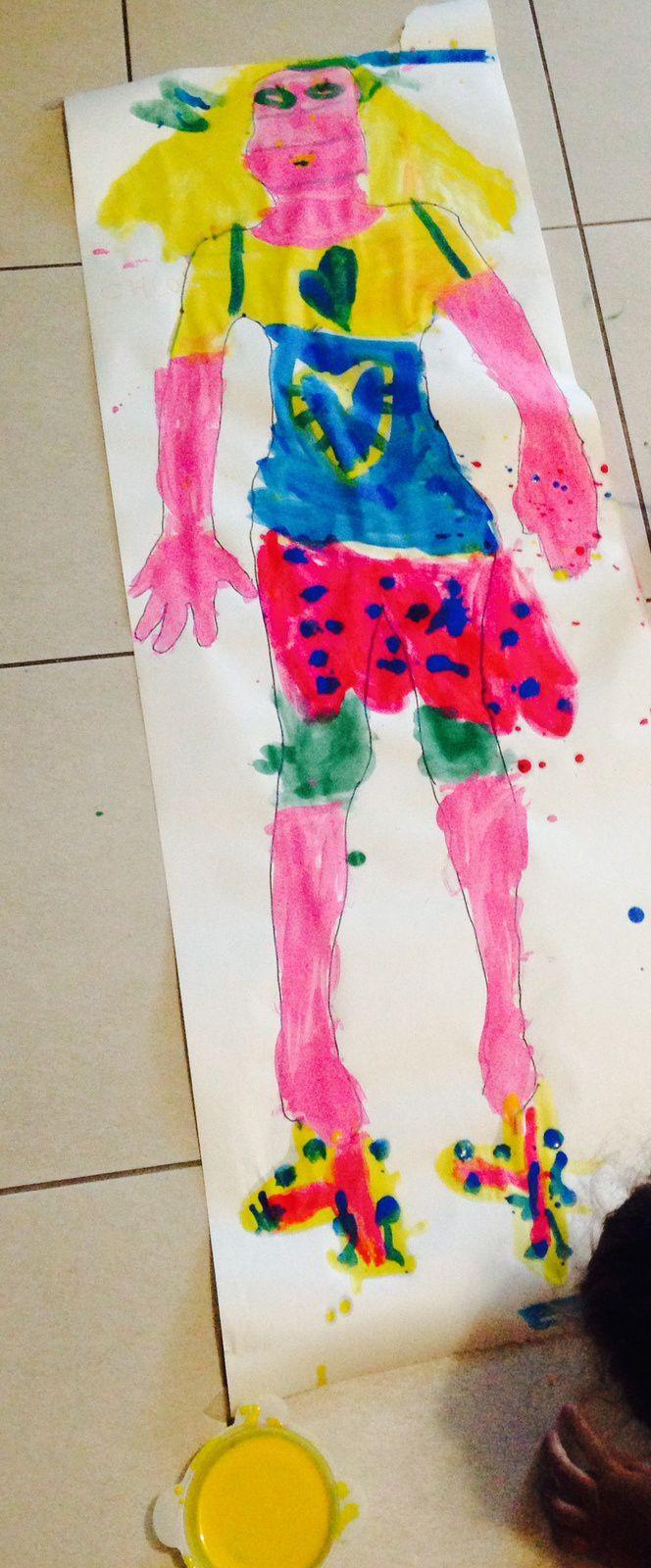 Un autoportrait en taille réelle, avec les enfants de maternelle et primaire