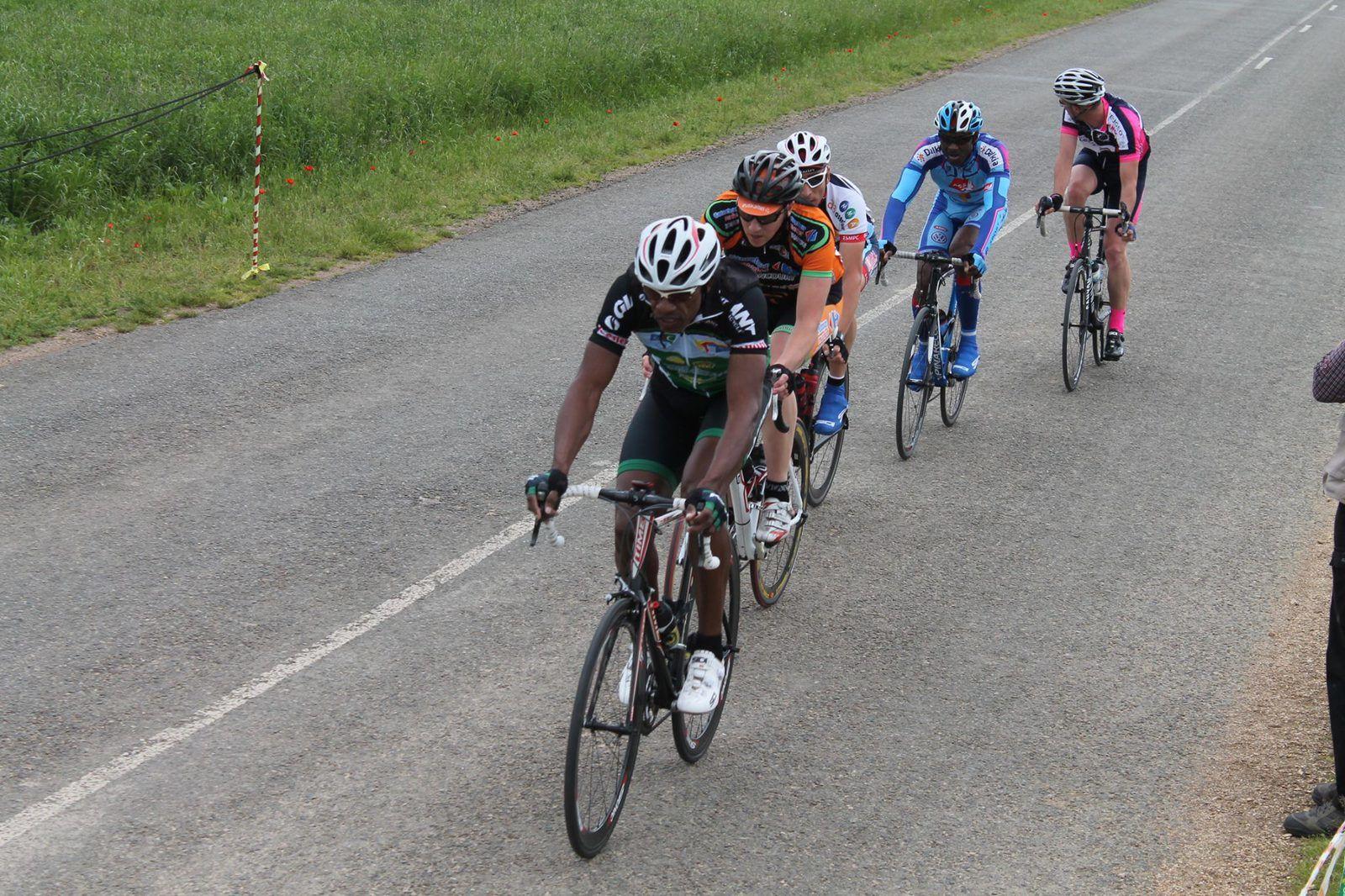 Finalement repris ce sont 5 coureurs qui prennent les devants dans le 2ème tour avec Emile Guicheron (AS Corbeil Essonne), Christophe Asse (EC Avraise), Anthony Péribois (ES Maintenon), Germain Marie Joseph (Team 94) et Brice Fauveau (Anet VC) qui regarde le contre qui se forme avec 3 Anetais
