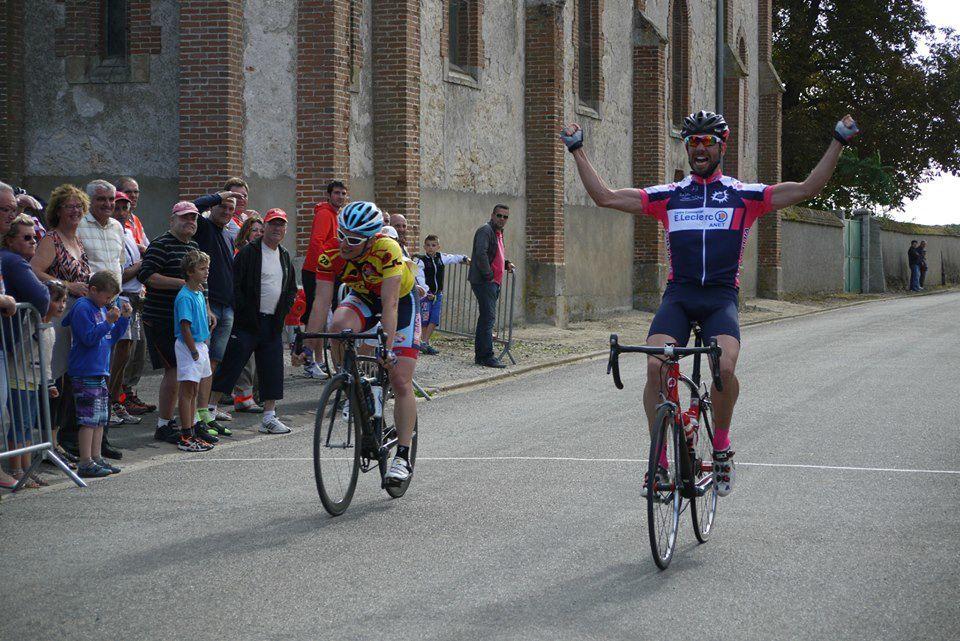 Sprint très serré en 1 avec la victoire d'Eric Brenner (Anet VC) devant son copain Nicolas Breton (ES Maintenon P)