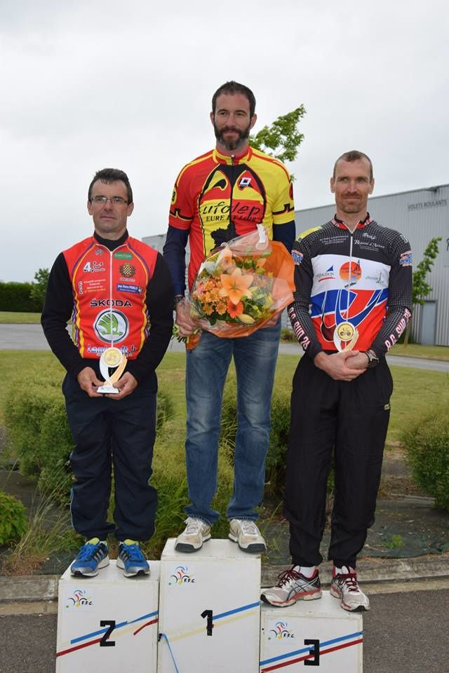 En 40-49 ans, titre pour Sylvain Ricard (Anet VC), devant Bruno Le Hen (Dreux CC) et Stéphane Dumouchel (AC Sud  28). Franck Patriarche termine 4ème au pied du podium