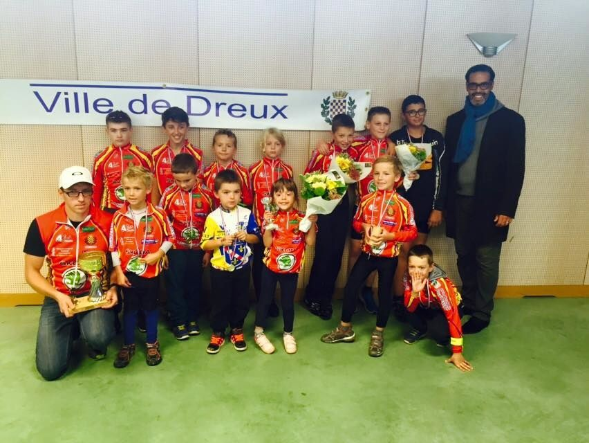 """Prix d""""équipe pour le club à Dreux en septembre 2015 avec les jeunes participants du clu, Chrstophe Asse leur éducateur et M. Mourad Souni adjoint au Maire et Délégué au Sport de la Ville de Dreux"""