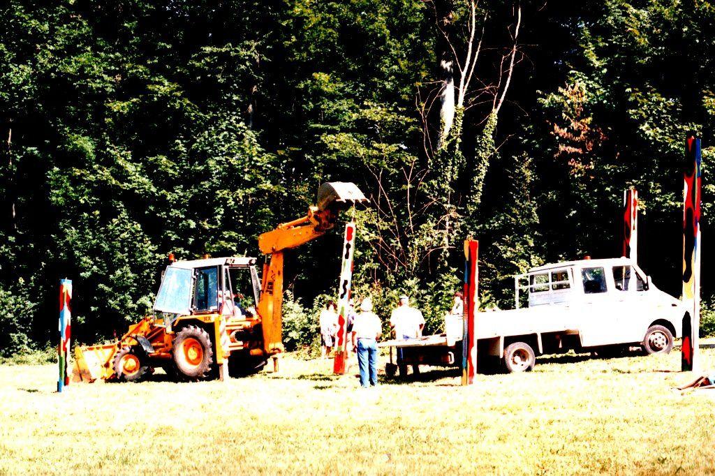Montage des totems à Rossignol le vendredi 9 juillet 1993