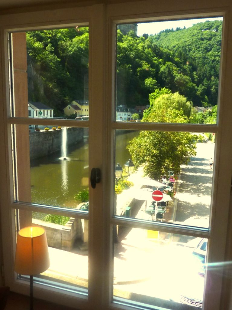 L'Aquarelle de Fresez-Le Catalogue. Vues du Pont, à gauche l'Auberge Koch devenue Hôtel Victor Hu go et à droite la maison Victir Hugo, devenue Musée Victor Hugo. Enfin Victor Hugo dans son bureau au 1er étage en 1871  avec ses 3 fenêtres