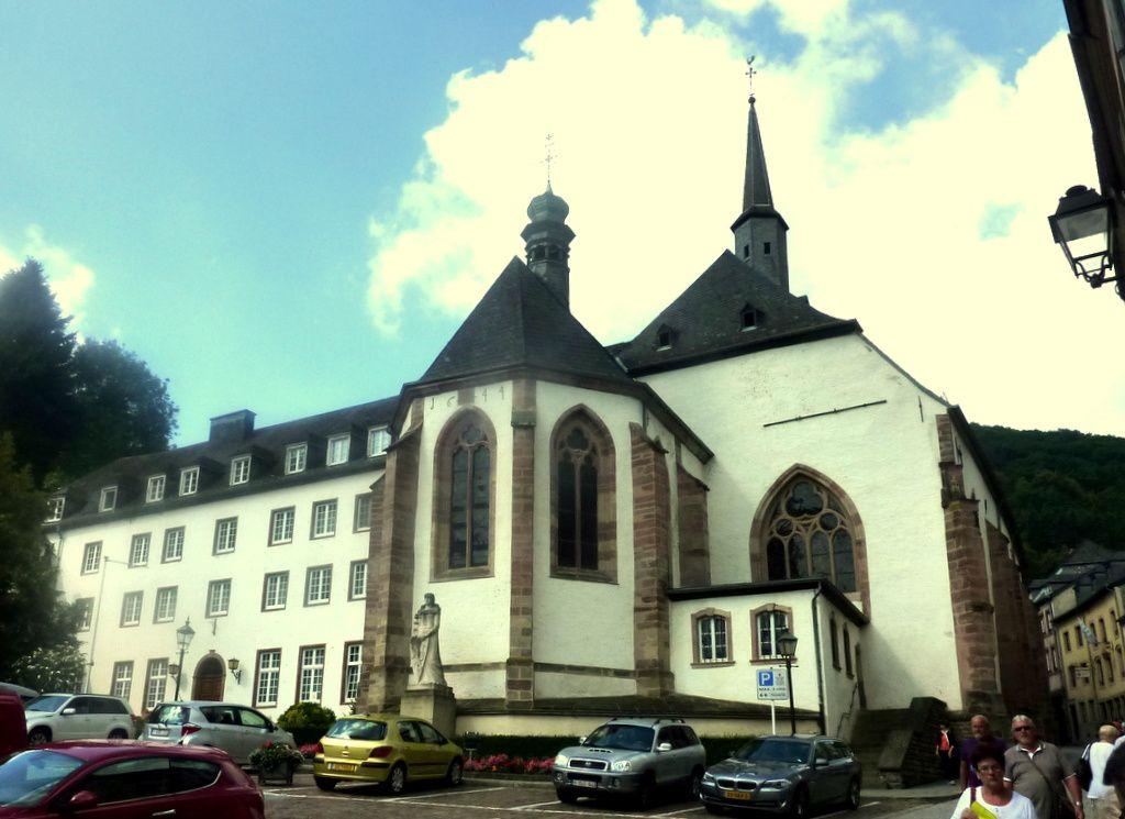 Avec au passage, le Cloître et l'Eglise des Trinitaires, l'Hôtel de Ville, le Pont de l'Our et l'Eglise Saint-Nicolas de l'autre côté du pont après la traversée de l'Our