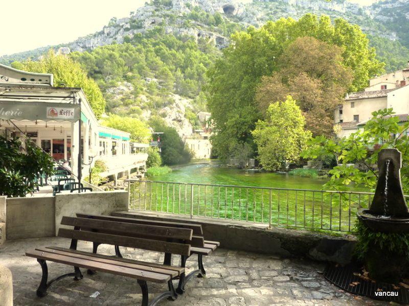 La montée à la Fontaine de Vaucluse, source de la Sorgue et le Gouffre