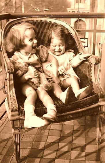 Ma Biographie 7. Ma mère, ma soeur et moi