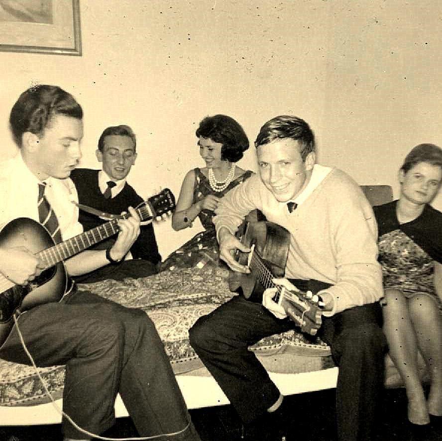 Sur la photo de droite, Jean-Marie est le 2e à partir de la gauche