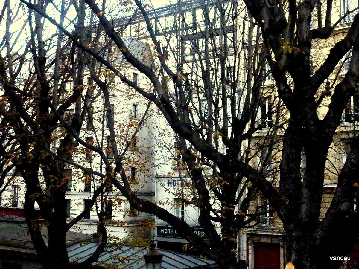 Le Canal St Martin, l'Hôtel du Nord et l'Eglise Ste Elisabeth, rue du Temple