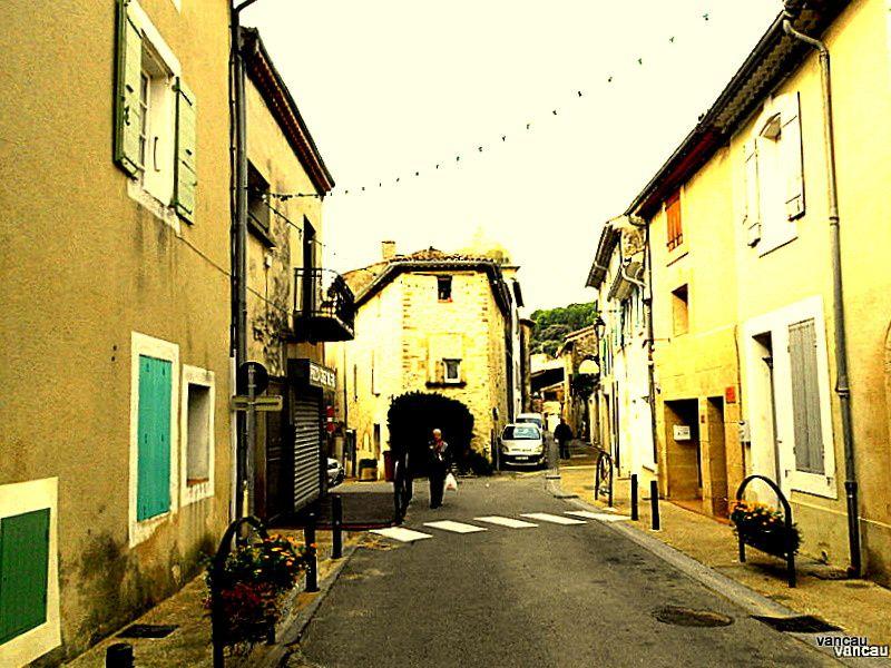 MERINDOL, bas du village. Mairie, Resto