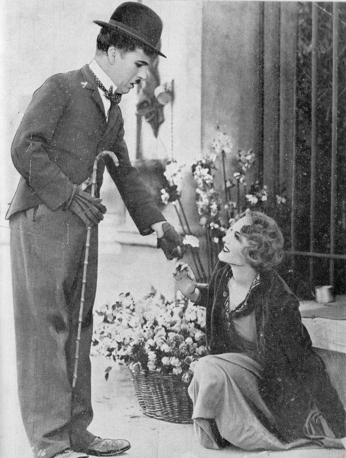 Charles Chaplin et Virginia Cherril dans le film intitulé Les Lumières de la ville (1928-30). Photo reproduite dans l'ouvrage consacré à Charles Chaplin par Pierre Leprohon (Les nouvelles éditions Debresse, 1957), p. 145.