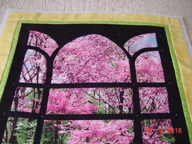 jardin fleuri derrière un portail