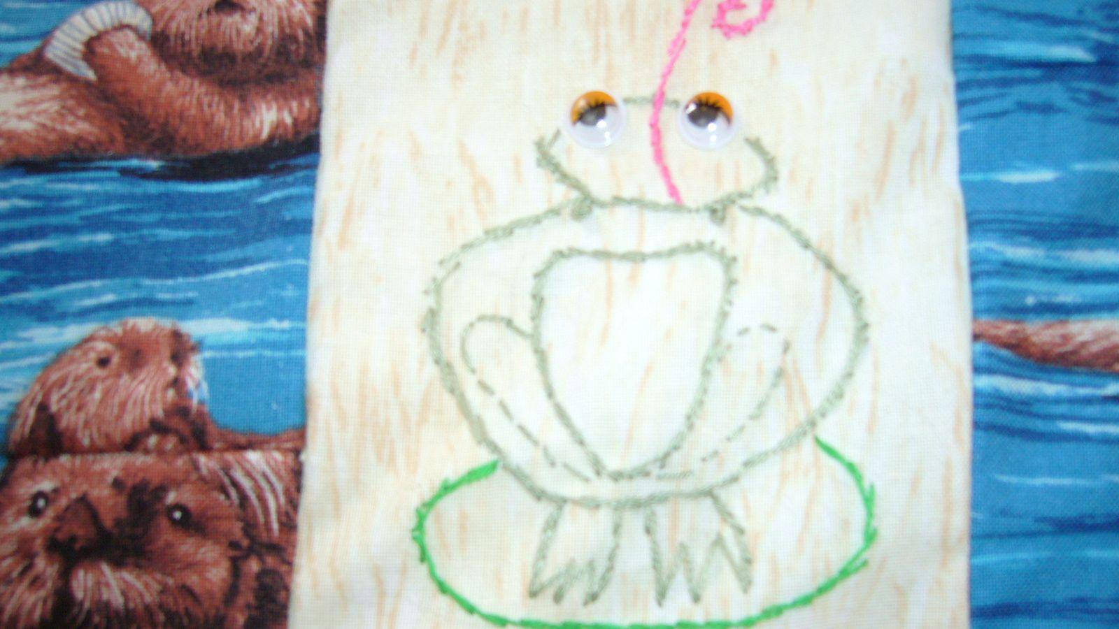 j'ai brodé une grenouille tapineuse qui attend le client sur sa feuille de nénuphare.....elle s'est échappée du bois de boulogne, je lui ai fait des bas résilles !.....ma fille kiki m'offre a chaque noël un morceau de tissus patch l'an dernier c'était des mouffettes, cette année des loutres.je me régale !e