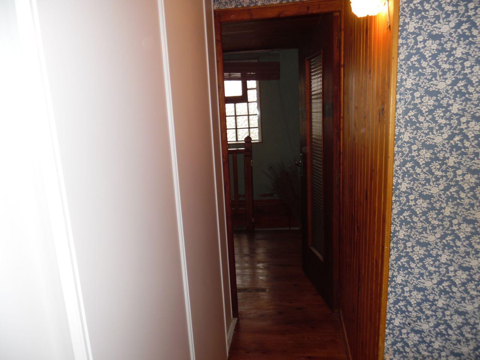 Un petit couloir avec penderie  et lit parapluie pour bébé