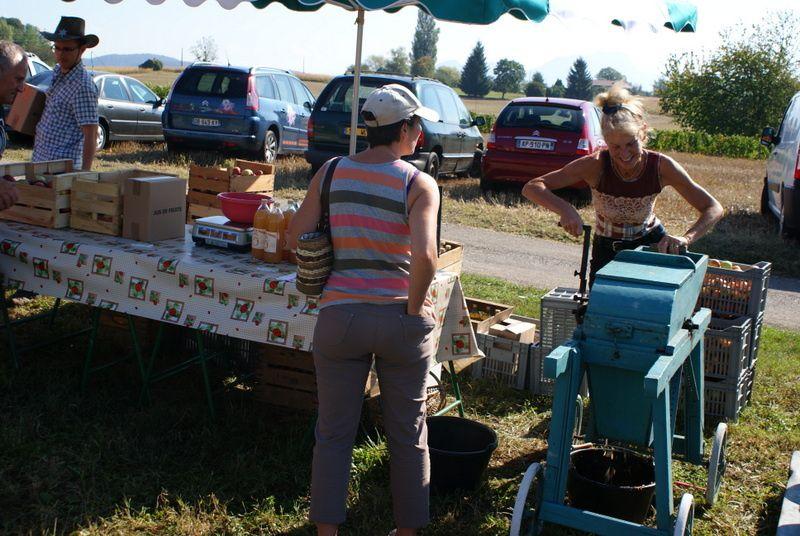 Gilles et Monique, fabricants de jus de pommes sur Braille.