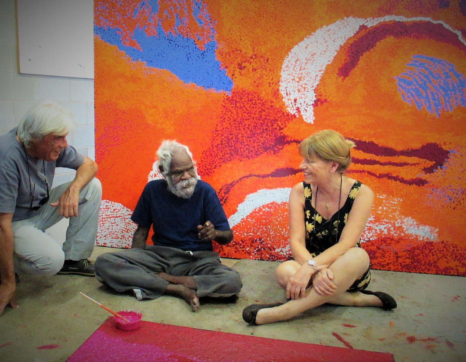 Yannima Pikarli Tommy Watson, peintre du musée Branly, devant son oeuvre de 244x151 cm