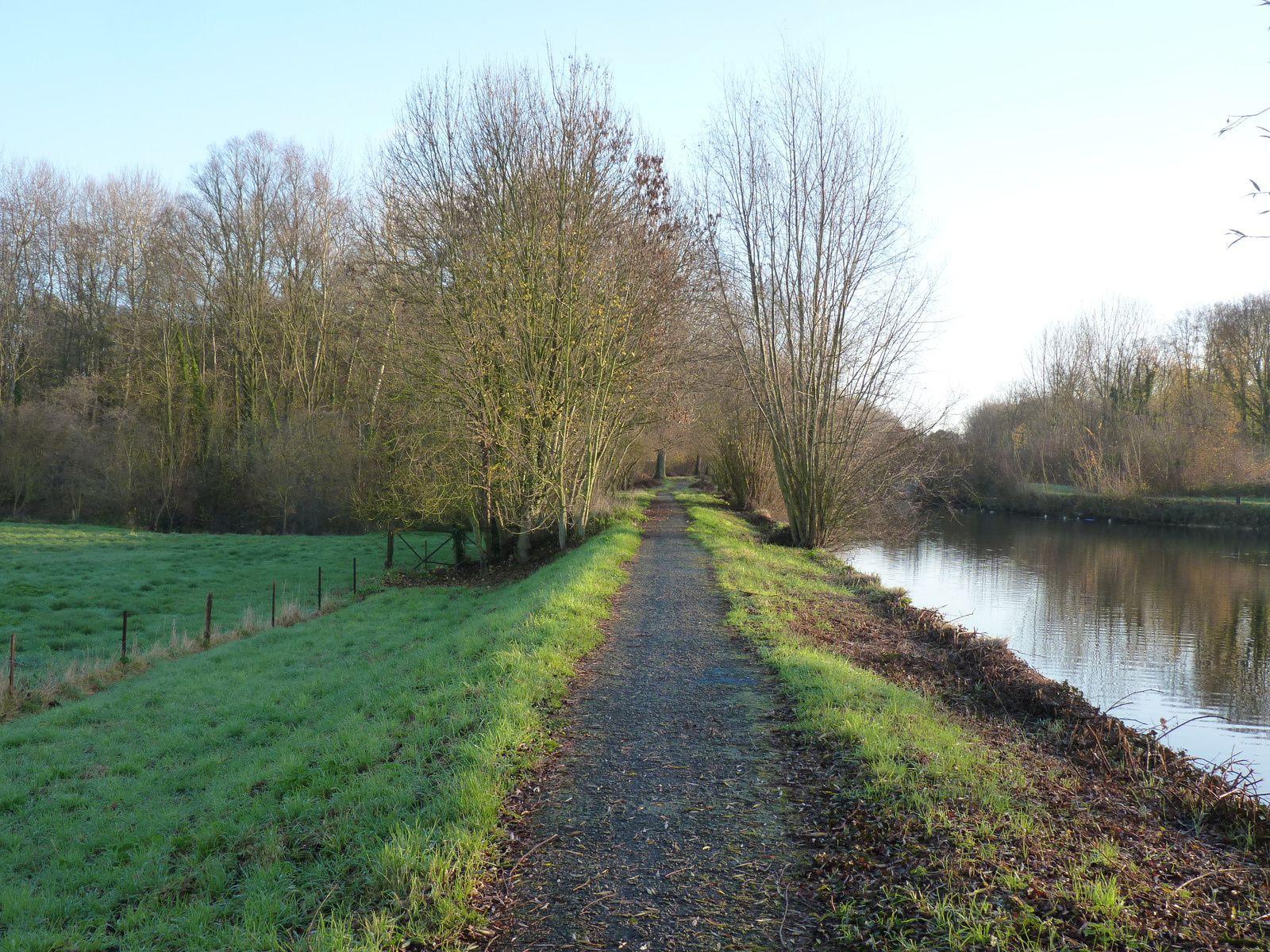 Photos prises le long du chemin du canal de la Somme à Ham