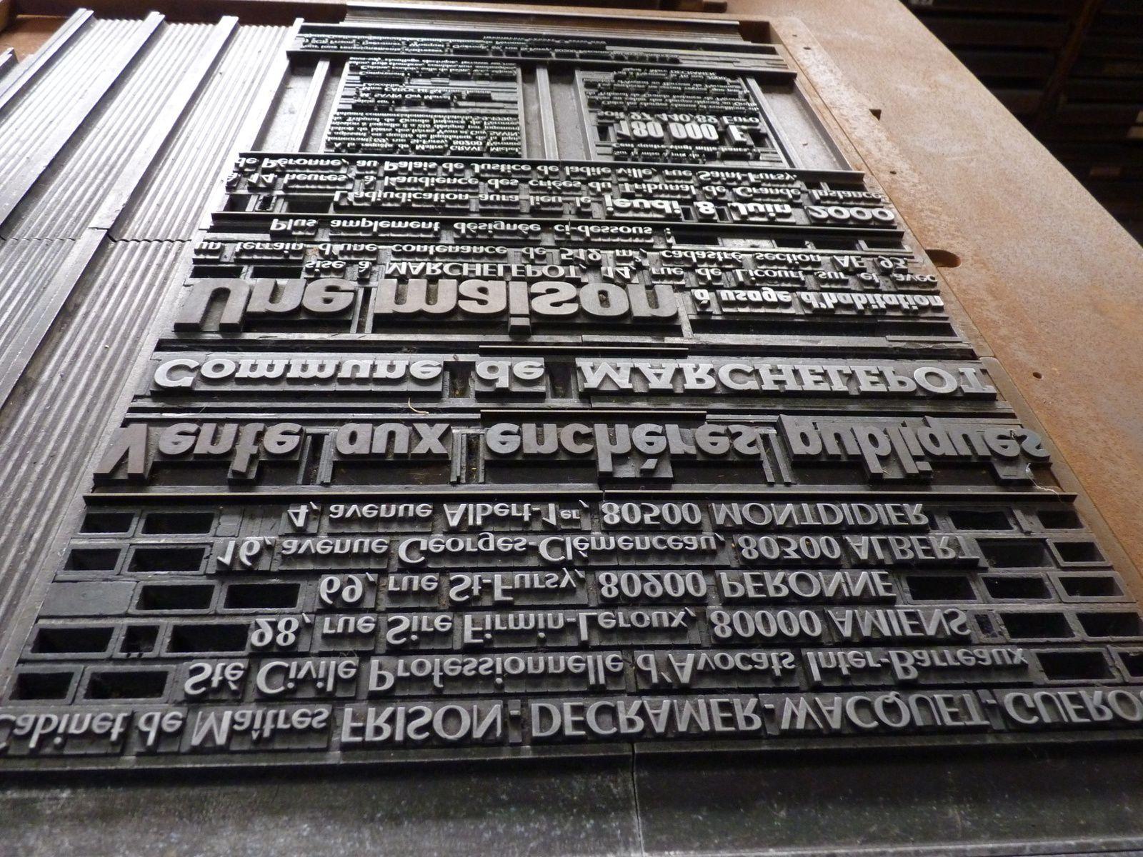 La composition des pages étaient manuelle, on posait les lettres sur des plaques en plomb