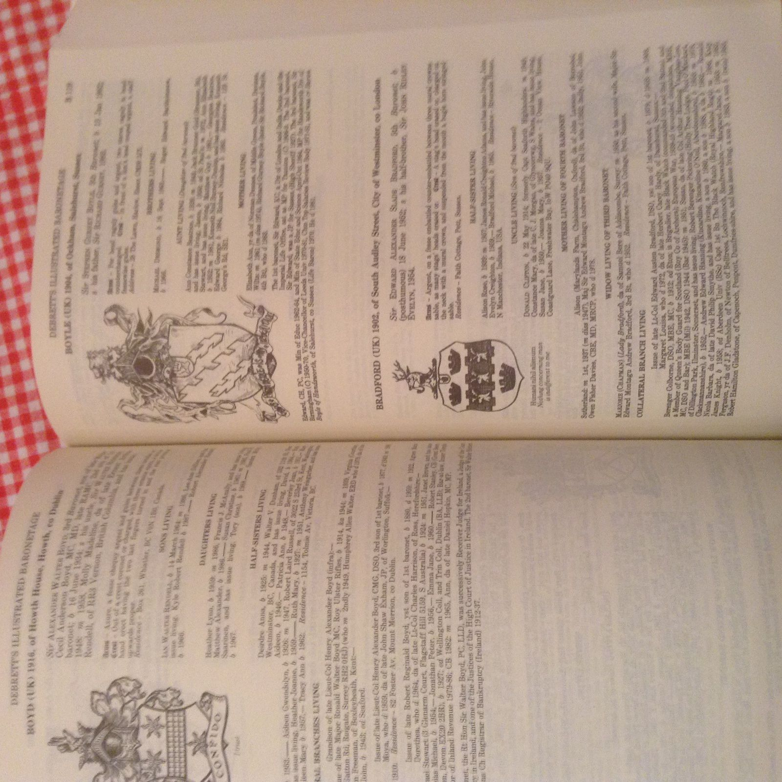 DEBRETT S PEERAGE  &BARONETAGE DE 1990 EN ANGLAIS  DE 1000 PAGES  PRIX 40 €  PORT POSSIBLE +6€