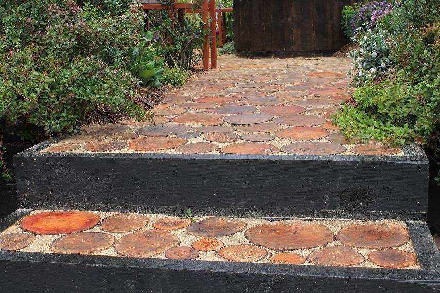 Aménager  l'entrée de jardin avec un dallage en  rondins de bois