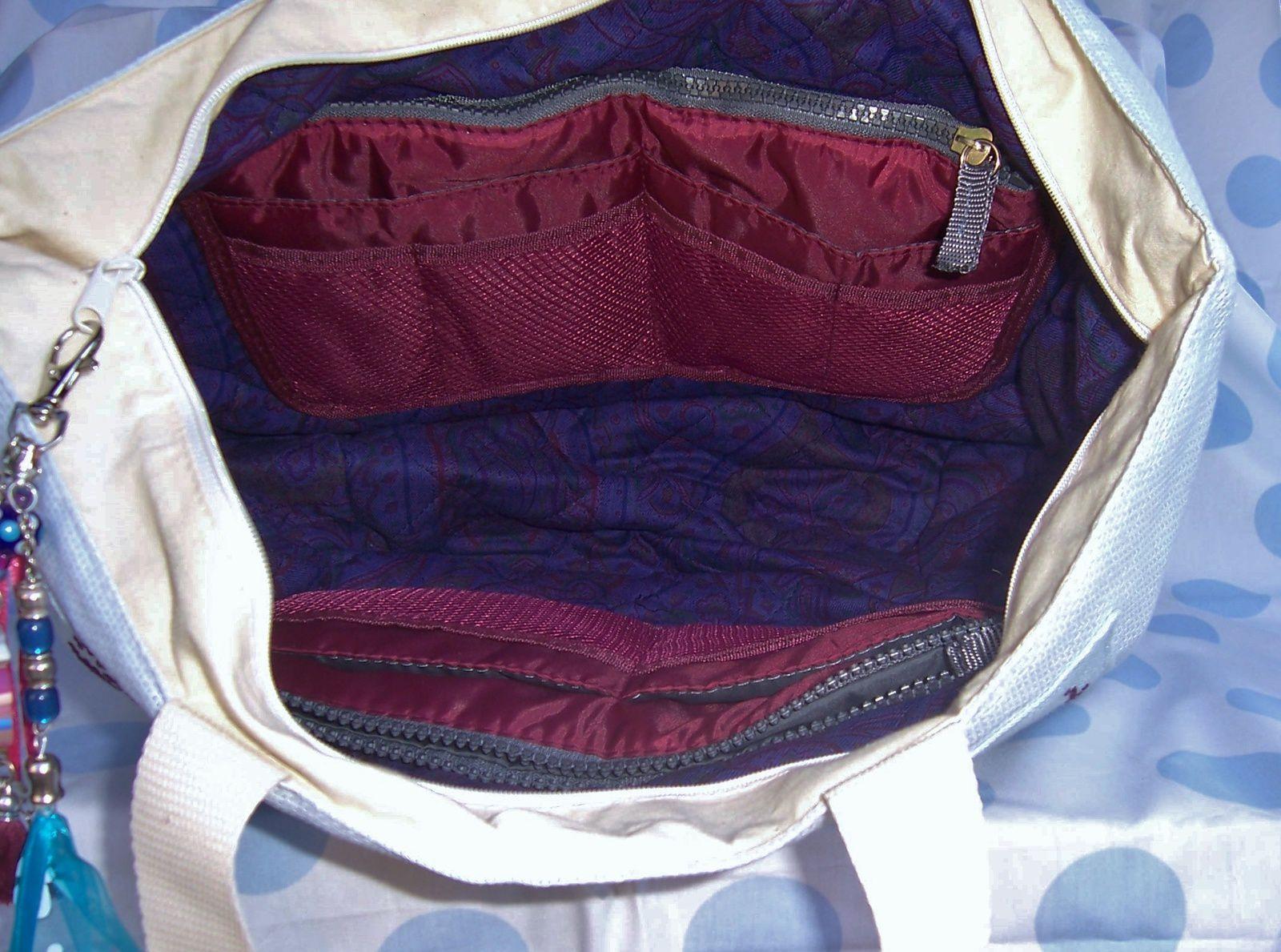 """l'intérieur avec ses nombreuses poches : de quoi """"caser"""" tout mon bazar :)"""