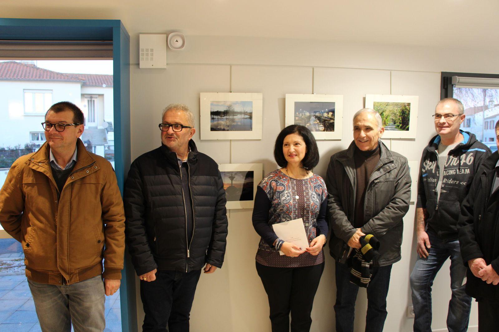 Autour d'eMmA MessanA (Marie-Angèle Arjol Condé) : les officiels, Didier Buton (maire de Saint-Urbain), Robert Guérineau (Président de la CdC), et les deux autres gagnants Stéphane Lecourtois et Patrice Baldau.