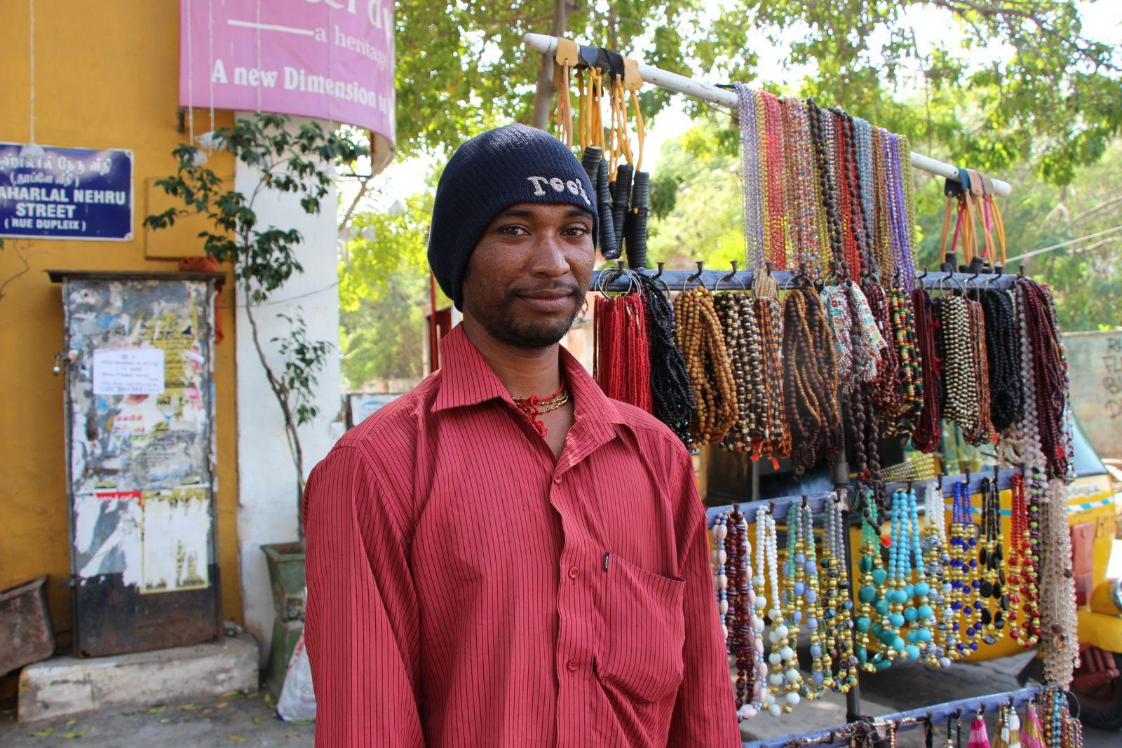 Janvier 2017, Mani, le chasseur Narikurovar, qui pour survivre vend le micro-artisanat de sa communauté