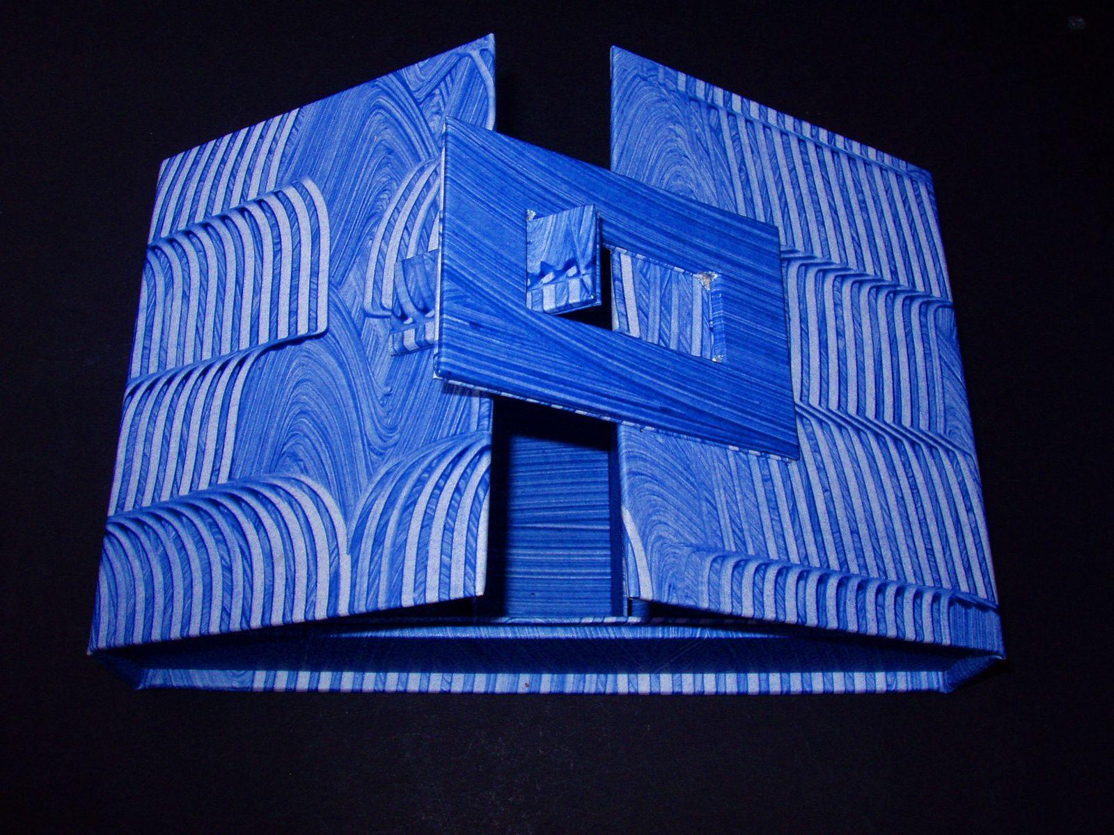 Noëlle M. a choisi pour sa boîte, les papiers de son stage de peinture à la colle