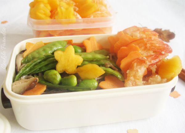 Bento de nouilles soba sautées aux légumes, crevettes croustillantes au miel-sésame & fruit de la saison
