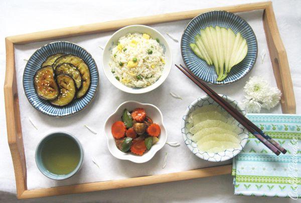 Mon plateau repas évasion garantie Asie – Aubergine grillée et parfumée au sésame, riz cantonais, légumes sautés au wok , fruits de la saison & thé vert jasmin