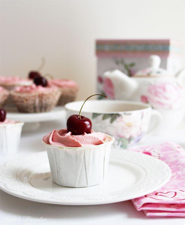 Cupcakes au chocolat & ganache aux chocolat blanc-cerise montée à la façon chantilly
