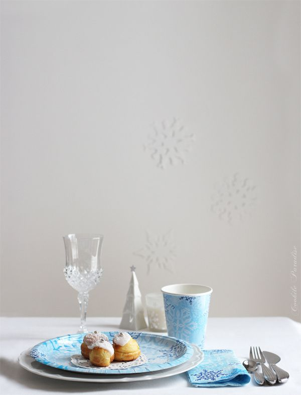 Les petites douceurs de la table Féerie de Noël ♥ Sablés flocons de neige aux épices de noël, cupcakes au thé vert de noël & glaçage à la crème mascarpone-clémentine, et petits choux coco-passion