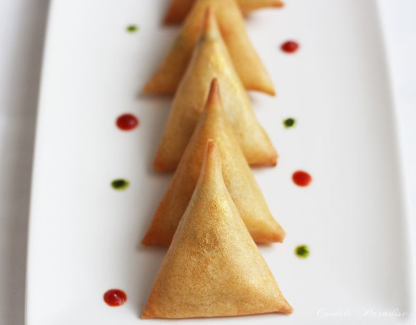 Sapin scintillant de samoussas aux légumes safranés, ces petites bulles de sauce à la menthe-citron vert &amp&#x3B; au piment rouge-tomate