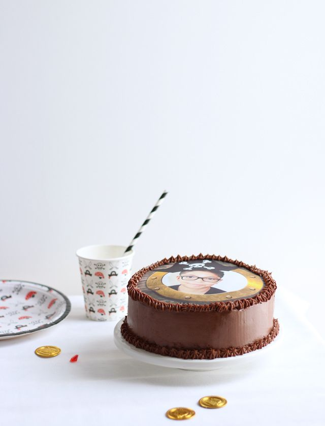 Fête d'anniversaire pirate ♥ Gâteau au chocolat personnalisé, cupcakes pirate à la banane &amp&#x3B; crème vanille et sablés tête de mort aux 4 épices