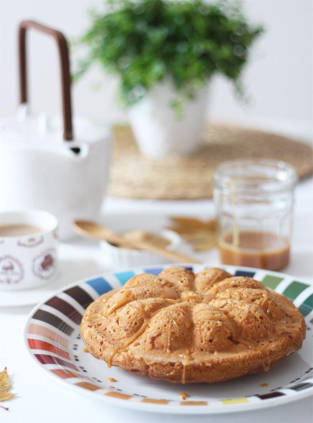 Cake automnal aux pommes-amandes & sauce au caramel au beurre salé