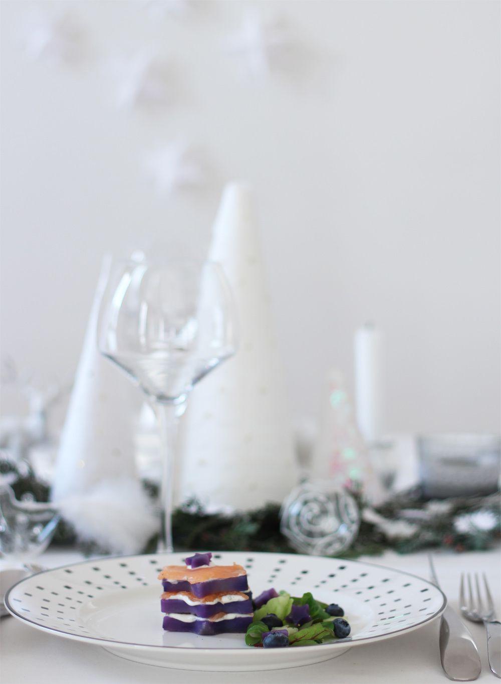 Table de réveillon chic en blanc et argent &amp&#x3B; son entrée raffinée pour le repas de fête