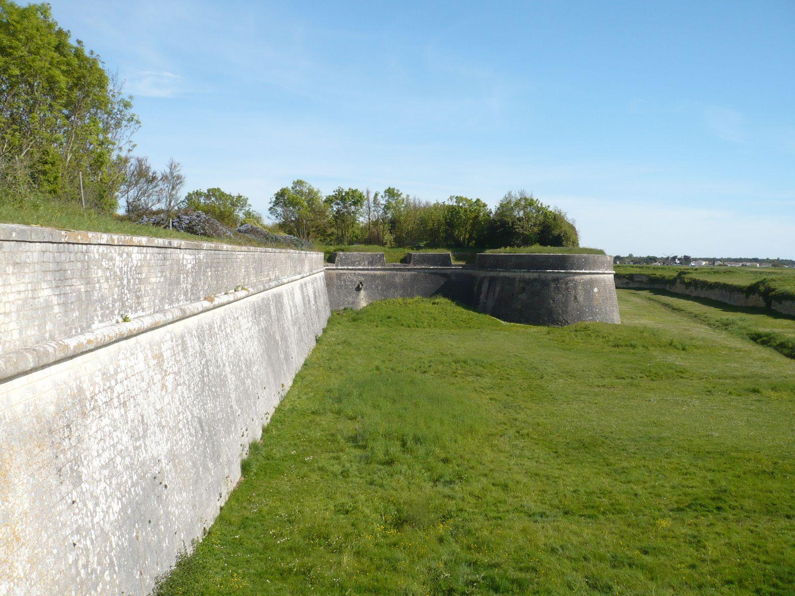 des petites ruelles de Saint Martin en Ré, la porte des Campanis, les fortifications Vauban