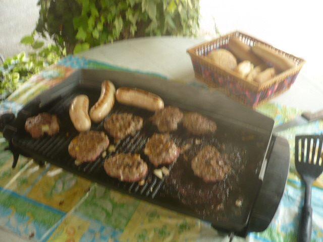 Des hamburgers et hot dog au barbecue :