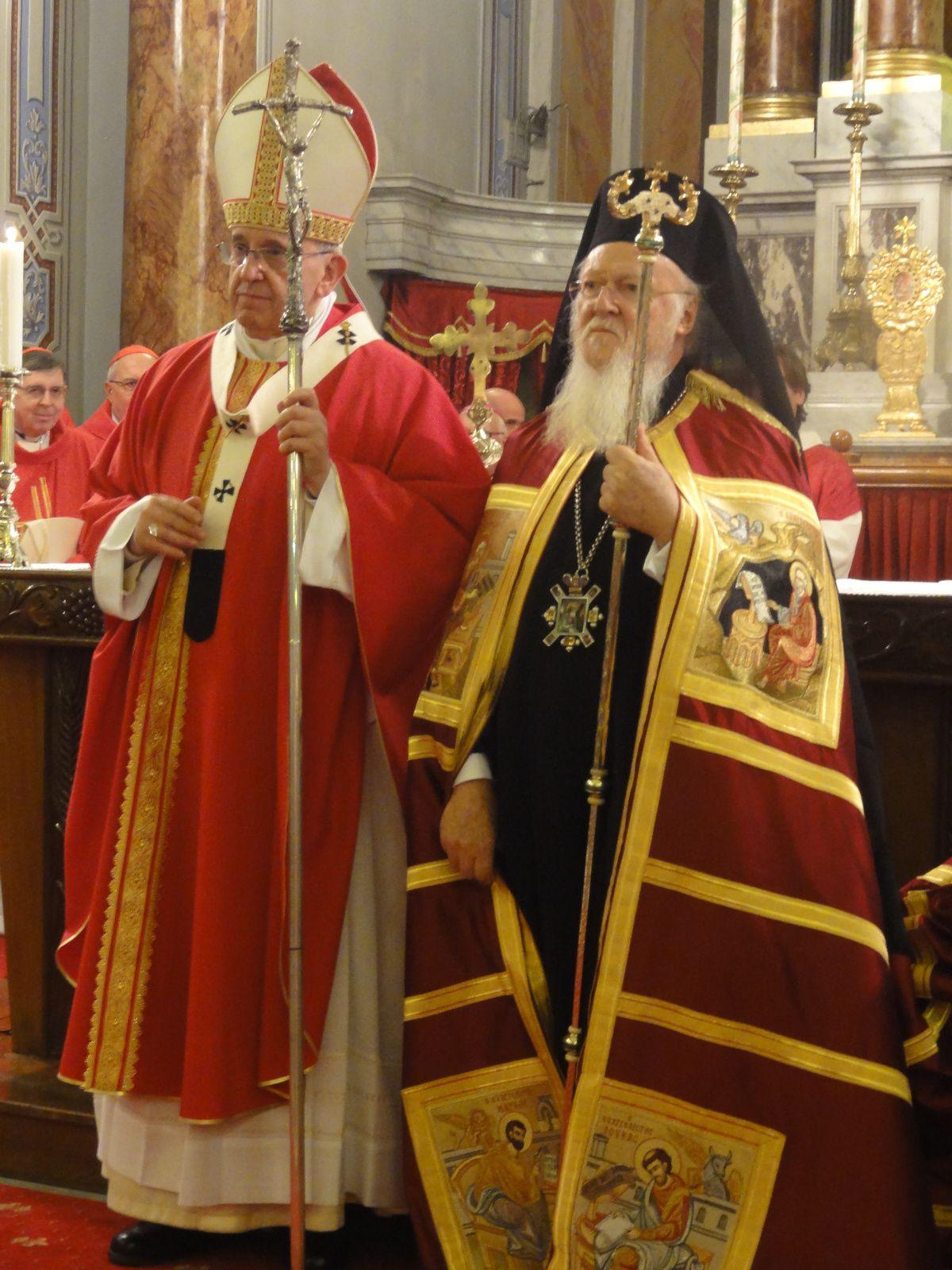 Le Pape François en Turquie... se fait proche de ceux qui souffrent et vient embrasser son frère Bartholomeos...