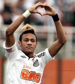 "Neymar, 22 ans, est ""fall in love"" de sa belle."