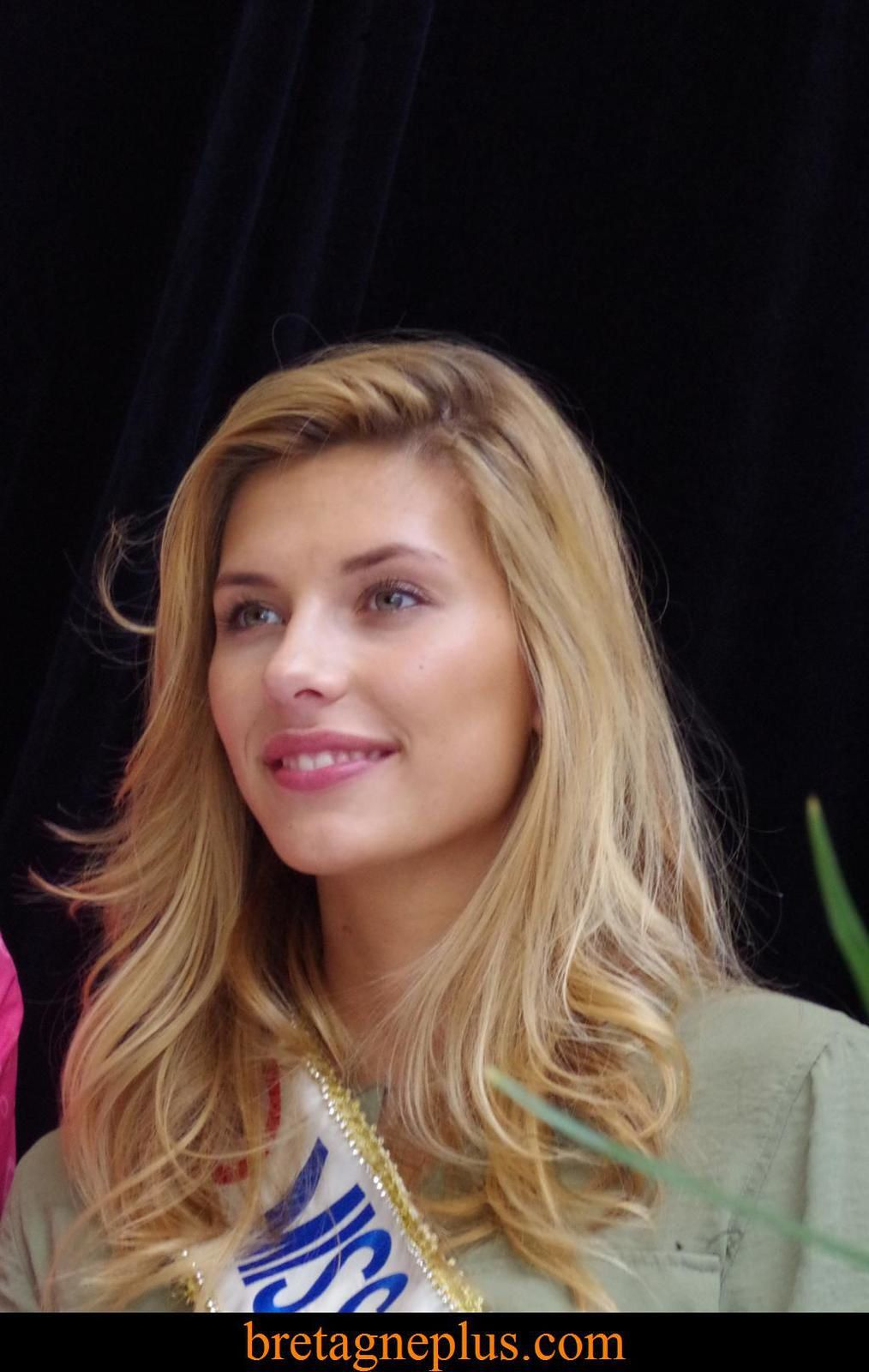 Camille Cerf  Miss France 2015, en dédicaces au Centre Commercial Leclerc Saint-Grégoire