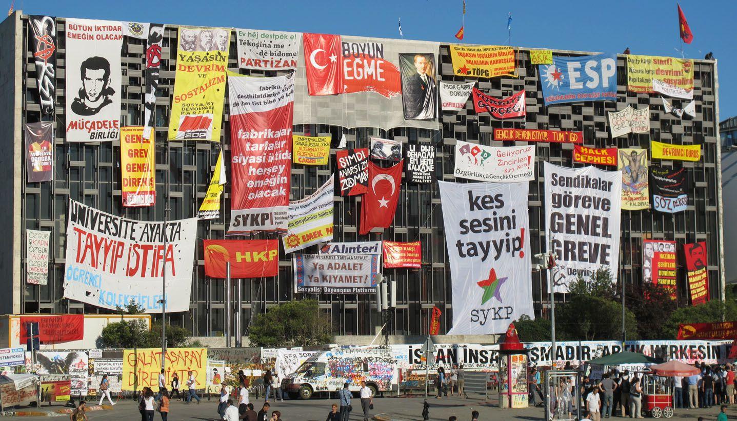 Le Centre culturel Atatürk, place de Taksim à Istanbul, début juin 2013. En haut à gauche, le portrait de Deniz Gezmis, militant révolutionnaire exécuté en 1972.