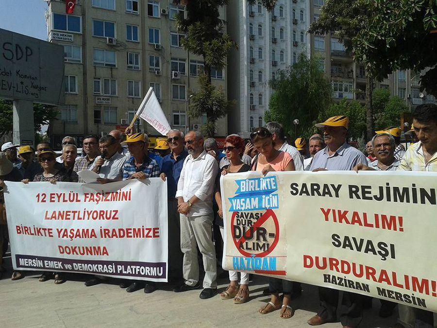"""A Mersin (côte sud, où vivent de nombreux Kurdes) : """"Renversons le régime du Palais! Mettons fin à la guerre!"""""""