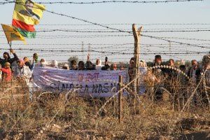 En 2013. Manifestation à la frontière entre Nusaybin (Turquie) et Qamishly (Syrie/Rojava), villes jumelles séparées par des barbelés. Photo publiée sur le site rojaciwan.com