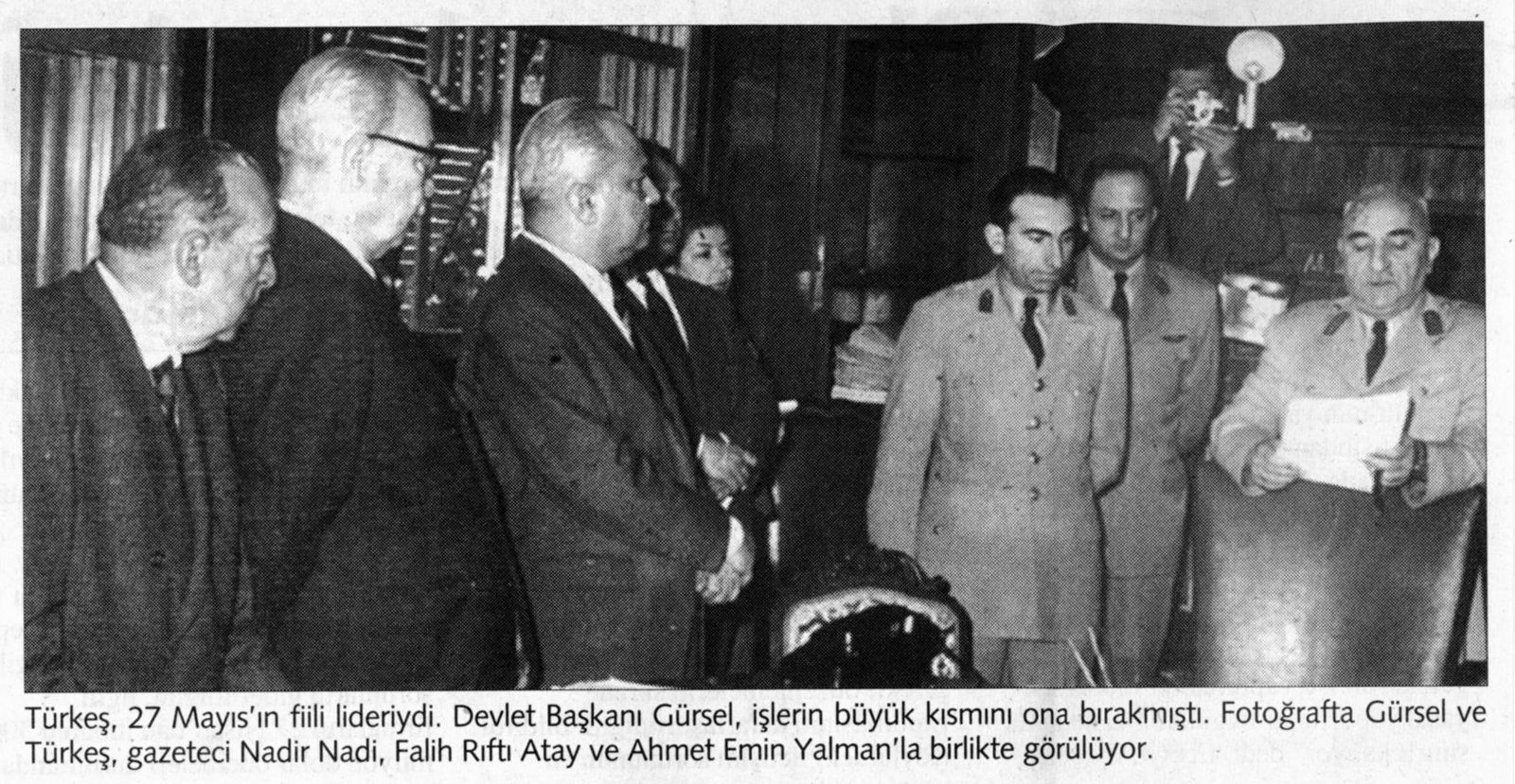 Les auteurs du coup d'Etat du 27 mai 1960. Le colonel Türkes, en uniforme, est au centre de la photo. Cliché publié dans Aksam, 4 avril 1998