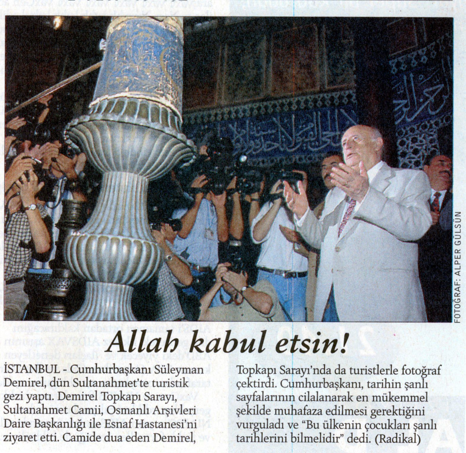 Le président Demirel en prière à la Mosquée bleue. Radikal, cliché Alper Gülsün, 20 aout 1998
