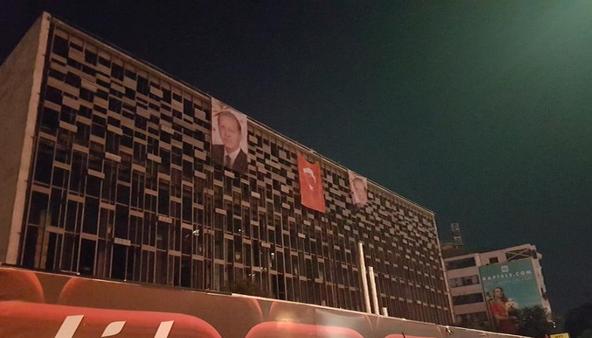 La façade de l'AKM, dans la nuit du 16 au 17 juillet 2016. Photo publiée le 17 à 0h30 par ensonhaber.com