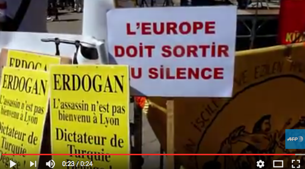 Manifestants contre la tenue du meeting d'Erdogan à Lyon, place Carnot, 21 juin 2014 (capture d'écran youtube)