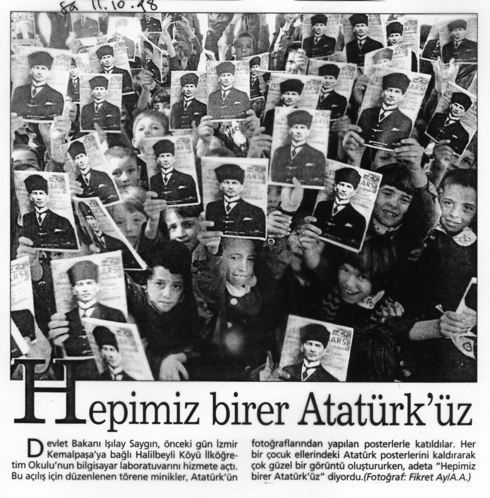 """11 octobre 1998, Sabah. Les enfants d'une école d'Izmir accueillent un ministre avec des effigies d'Atatürk: """"Chacun de nous est un Atatürk"""""""