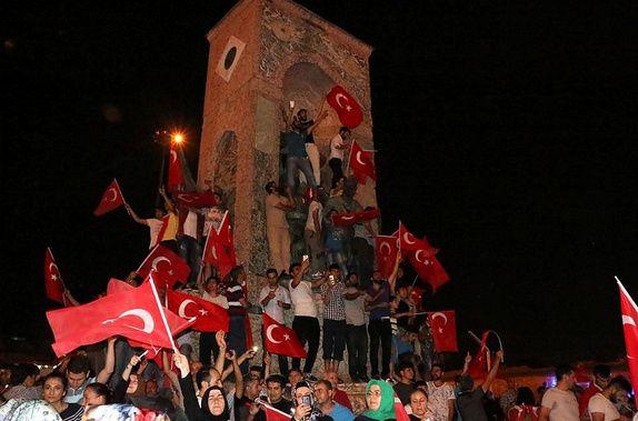 Le monument de la république à Taksim investi par les partisans d'Erdogan. Photo publiée sur le site takvim.org.tr, 31 juillet 2016